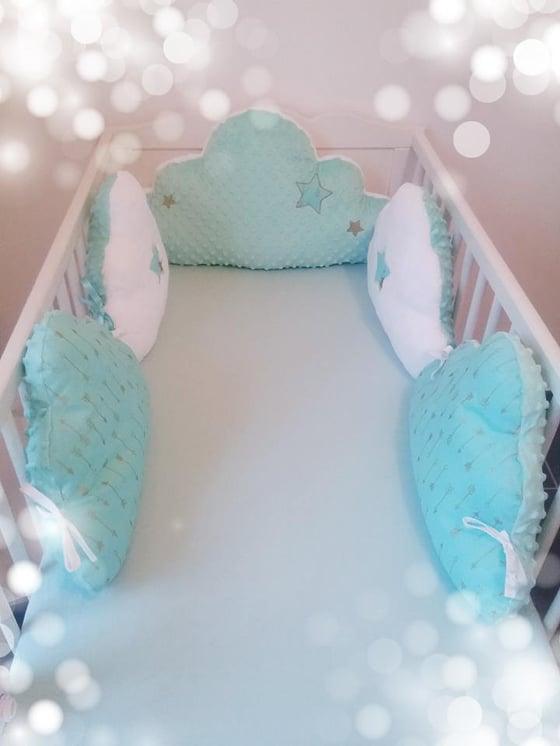 Image of Sur commande: Tour de lit nuage 5 coussins, thème mint et doré.