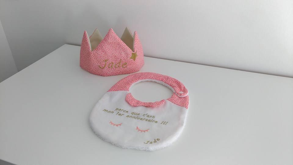 Image of Sur commande: Coffret bavoir anniversaire et couronne modèle fille.