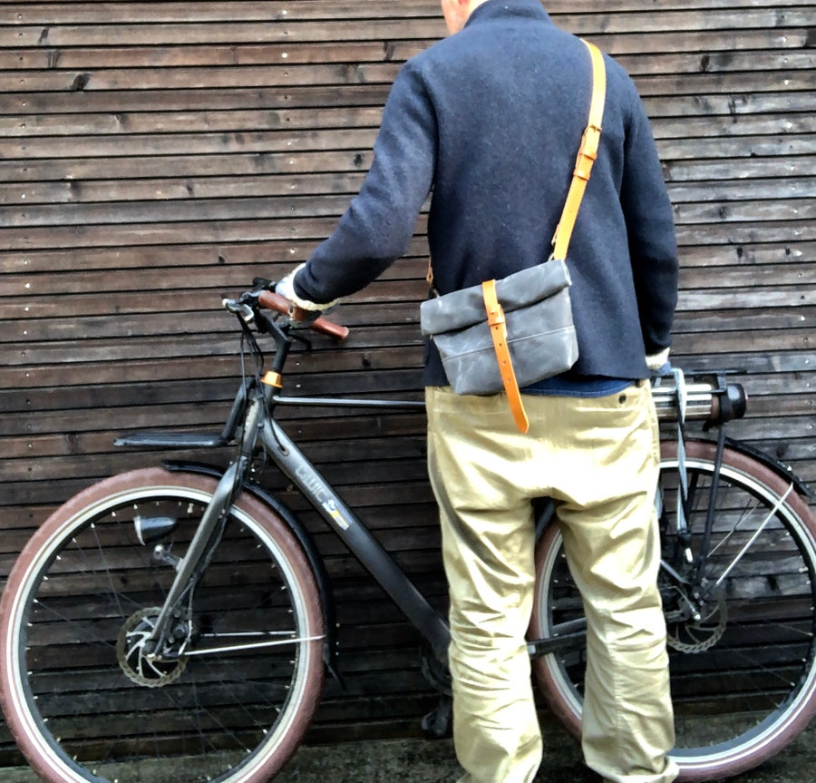 Image of Satchel in waxed canvas / small messenger bag / Musette / handle bar bag