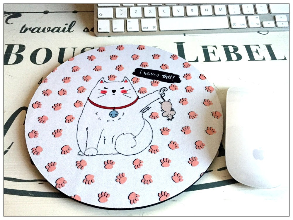 "Image of Mouse Pad tondo 20 ø x 5 mm - Tappetino Mouse Mad Cat "" I never fail"", rosa o nero, stampato a mano"