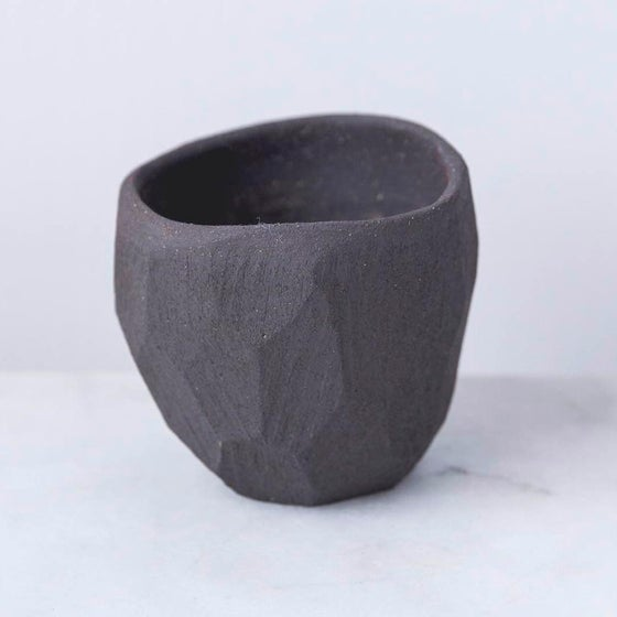Image of Black matt pinch pot by Skandihus