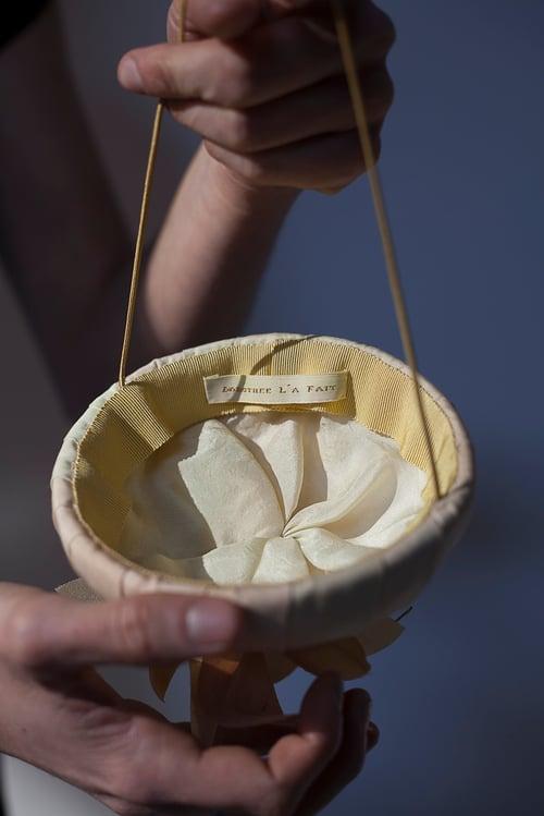 Image of Coiffe en dégradé de soie teinte centre de pétales en bouquet.