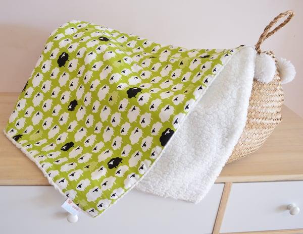 "Image of Couverture ""little sheep"" coton bio et sherpa."