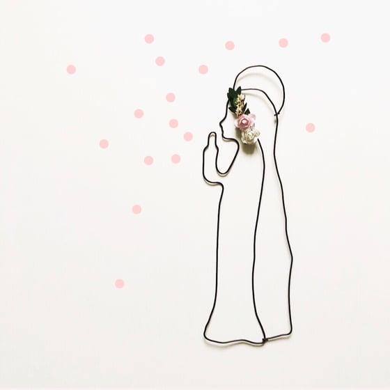 Image of Vierge Marie en fil de fer noir et couronne fleurie