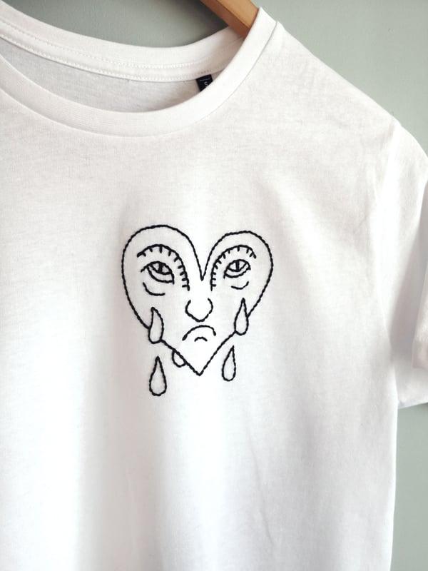 """Image of Tshirt brodé à la main """"Coeur coulant"""" / coton bio"""