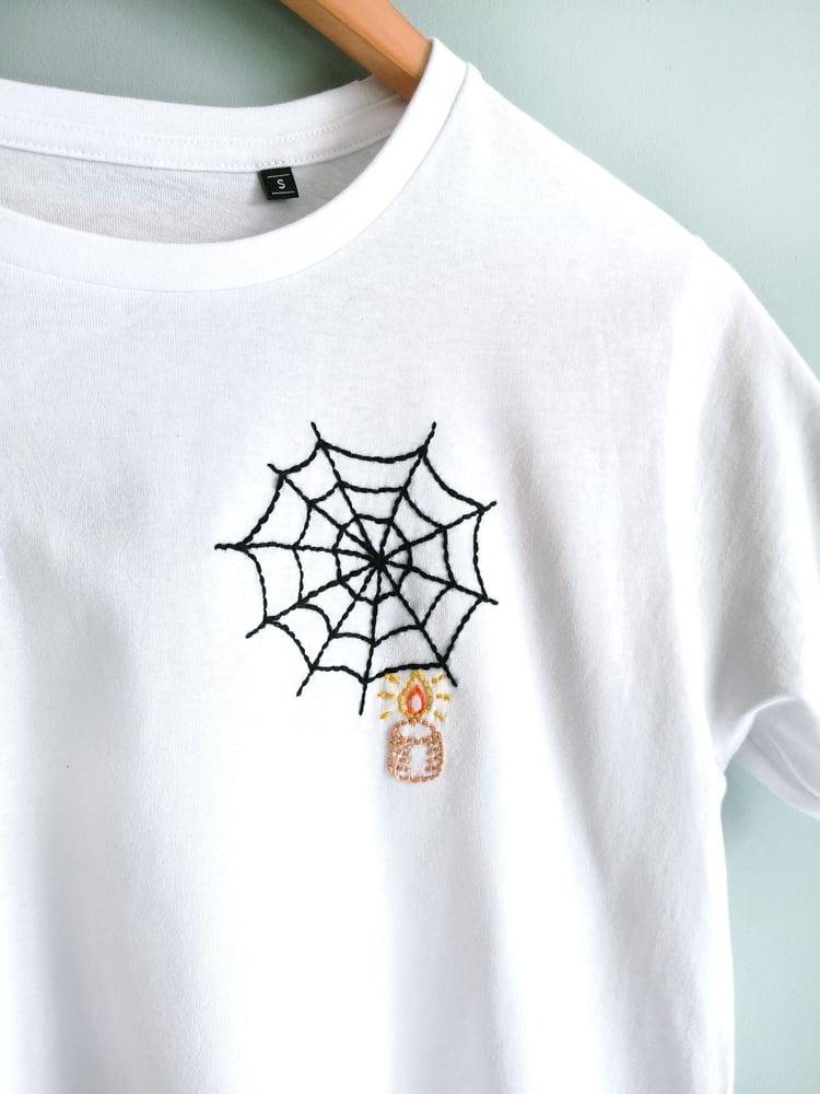 """Image of Tshirt brodé à la main """"Toile d'araignée et bougie"""" en coton bio"""
