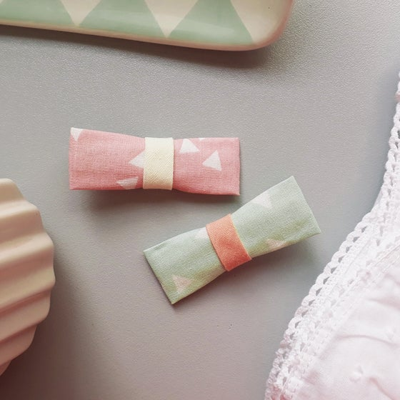Image of DUO BARRETTES MOTIF TRIANGLE : ROSE ET VERTE