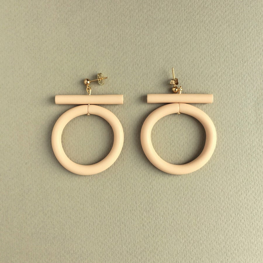 Image of CIRCLE EARRINGS - SAND
