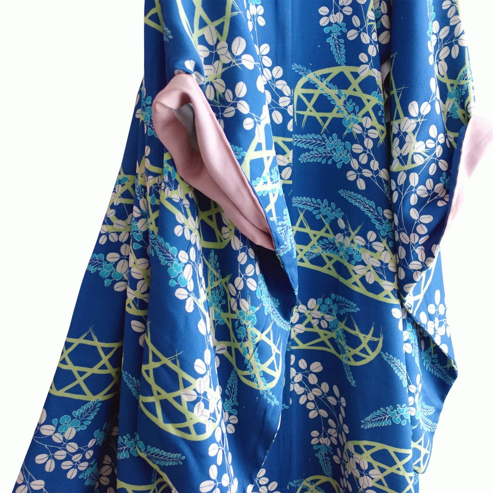 Image of Blå silke kimono med berberi blade og rosa for