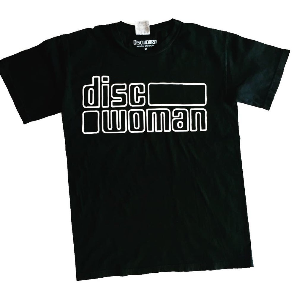 Image of DISCWOMAN OUTLINE TEE. BLACK/WHITE