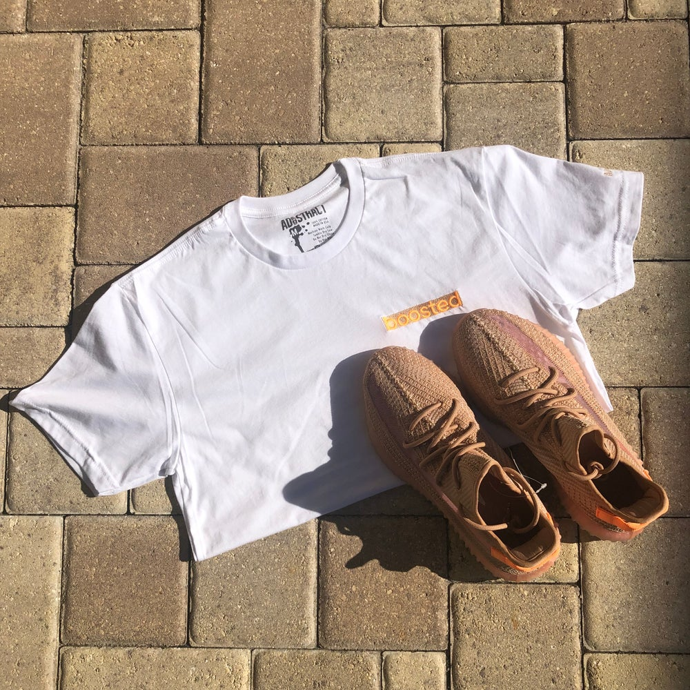 "BOOSTED LONG BAR EMBROIDERY ""CLAY"" T-SHIRT"