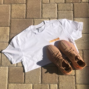 "Image of BOOSTED LONG BAR EMBROIDERY ""CLAY"" T-SHIRT"