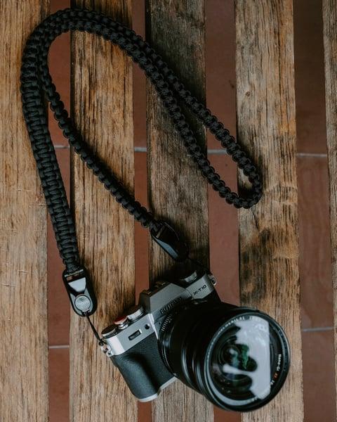 Image of Paracord shoulder/neck camera strap with peak design anchor links.
