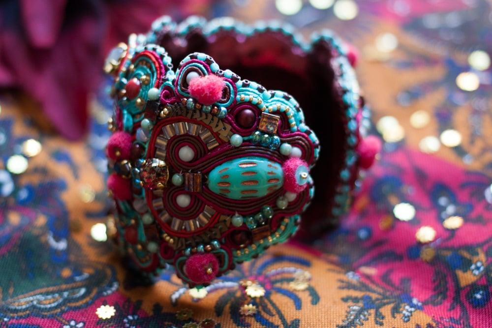 Image of Naya - Bracelet manchette brodé - Pièce d'exception