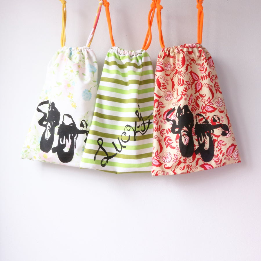 Image of shoebag COURTNEYCOURTNEY en pointe lucky vintage linen drawstring enpointe