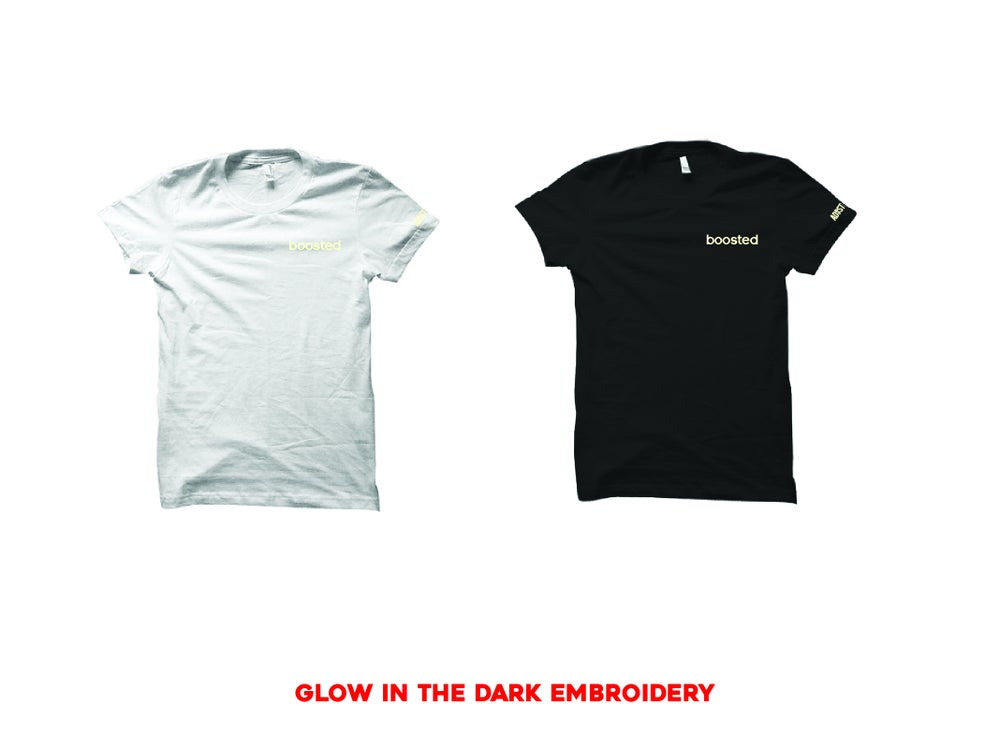 "Image of BOOSTED EMBROIDERY ""GLOW"" T-SHIRT"