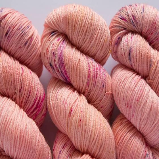 Image of Nube Fingering - Peach Sorbet