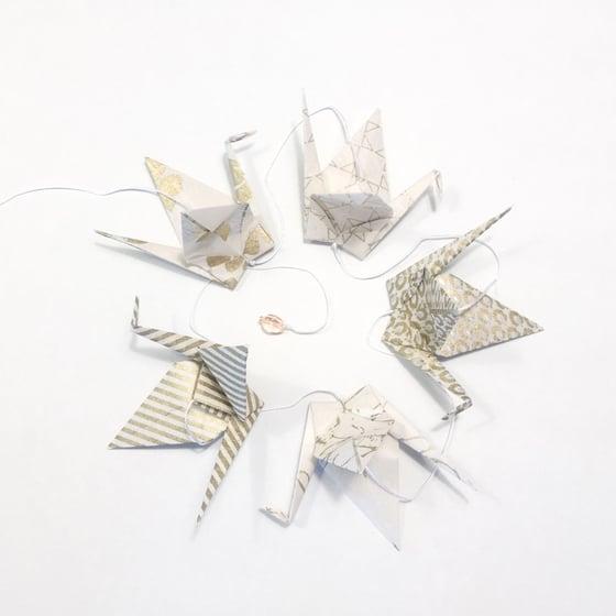 Image of Bird is the word - Girlander med 5 origamifugler, gull