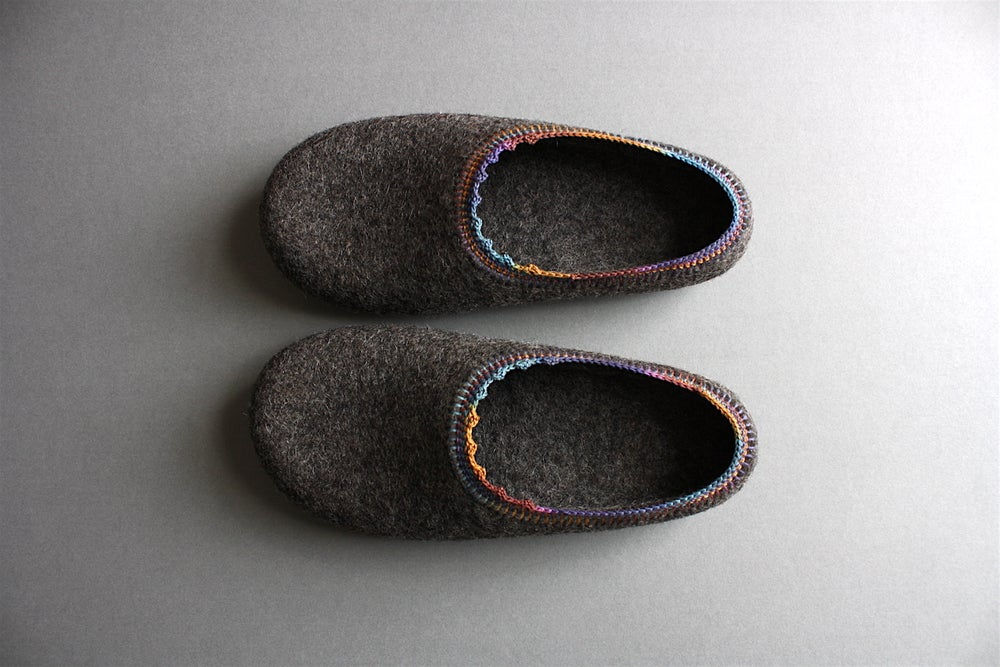 Image of Organic wool felt slippers in eco GREY colour decorated with cotton trim