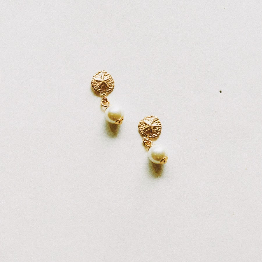Image of The Shell Pearl Earrings