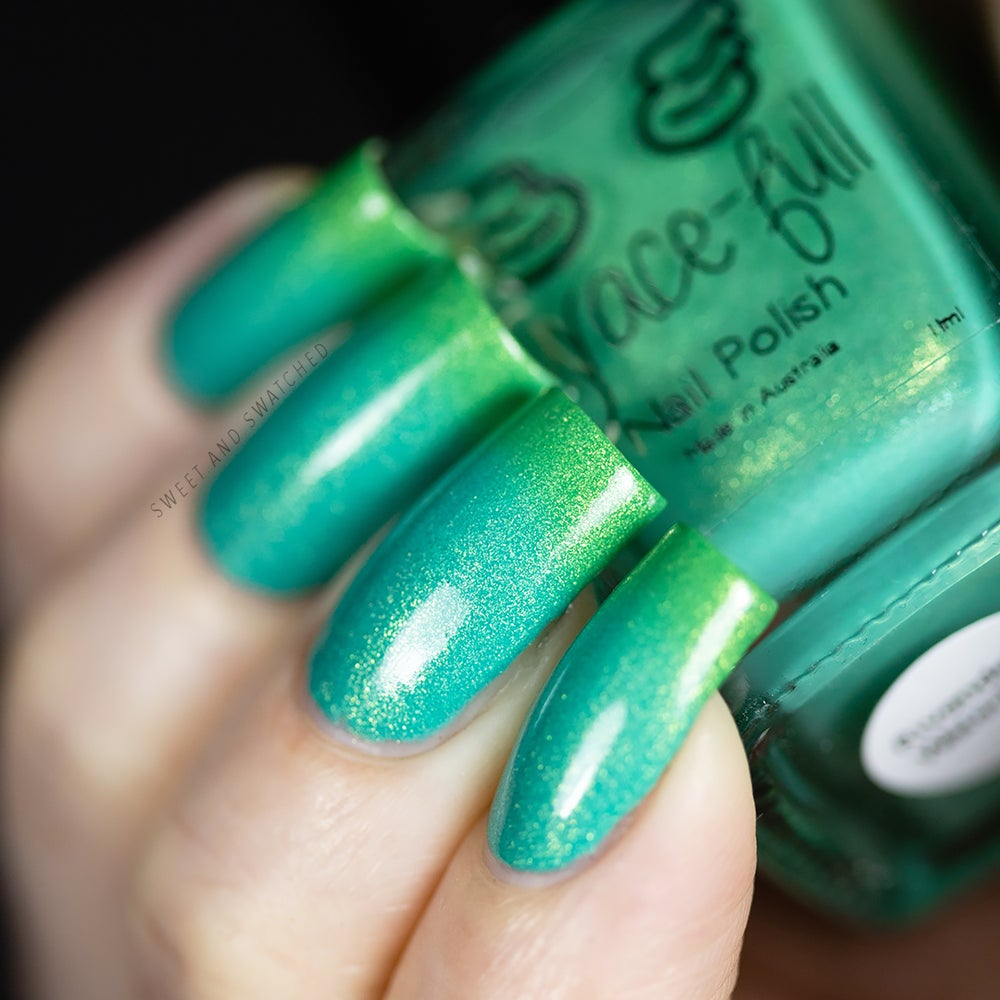 Image of Rivendell Waterfall thermal polish moves between a grass green to a greeny turquoise blue