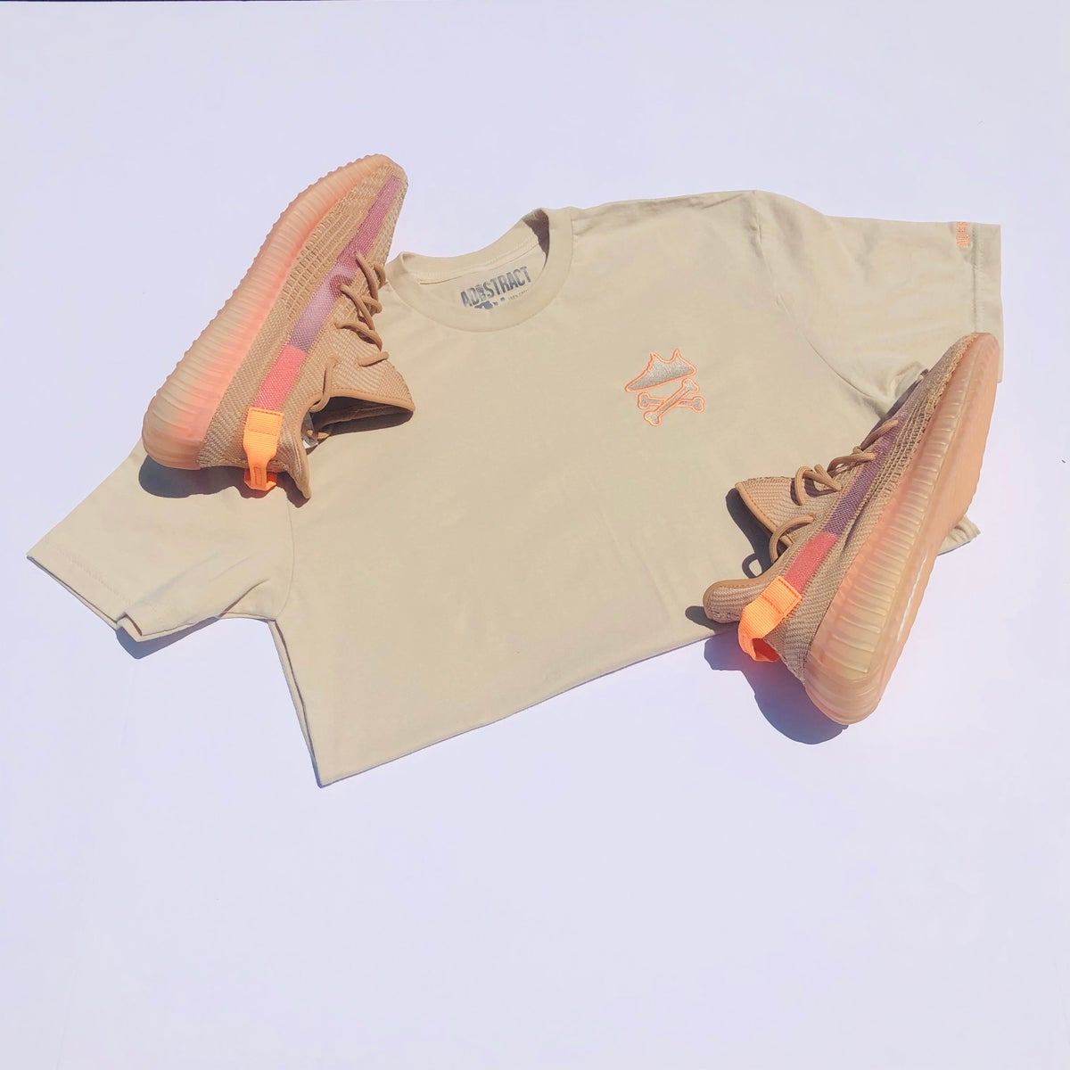 "Image of YEEZY CROSSBONES EMBROIDERY ""CLAY"" T-SHIRT"