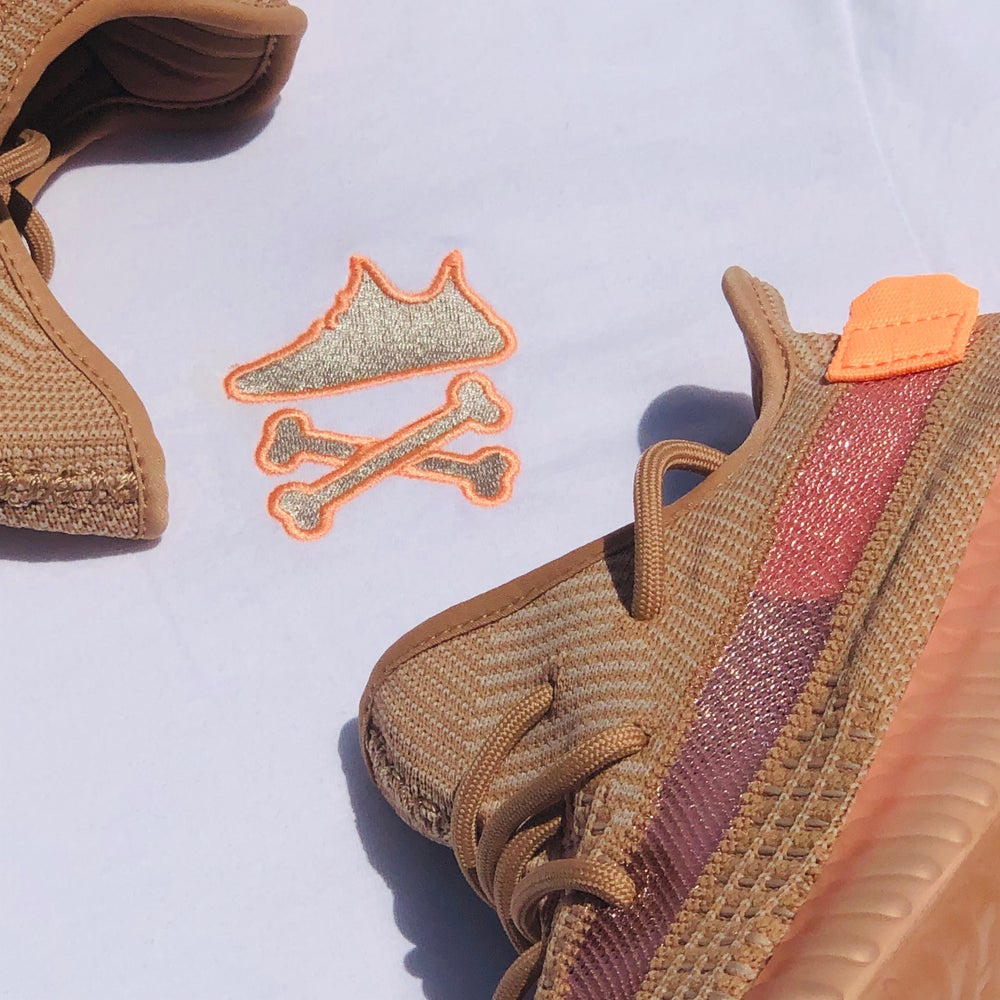 """YEEZY CROSSBONES EMBROIDERY """"CLAY"""" T-SHIRT"""