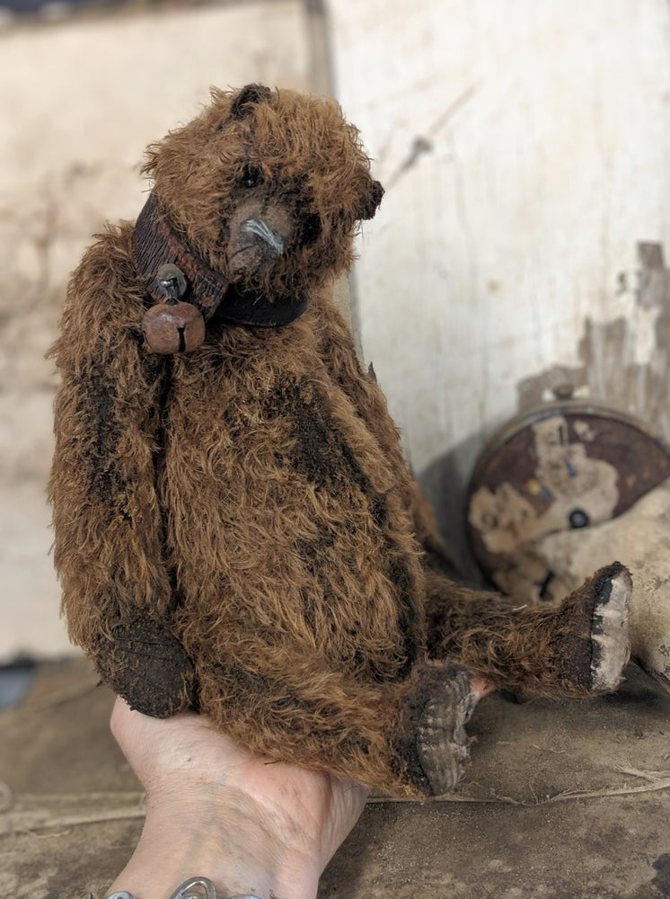 """Image of 13.5"""" old distressed mohair grizzly bear w/ antique leather collar Whendi's Bears"""