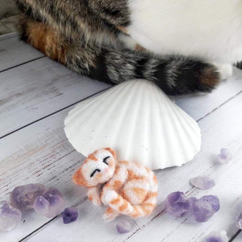 Image of Red tabby white cat brooch