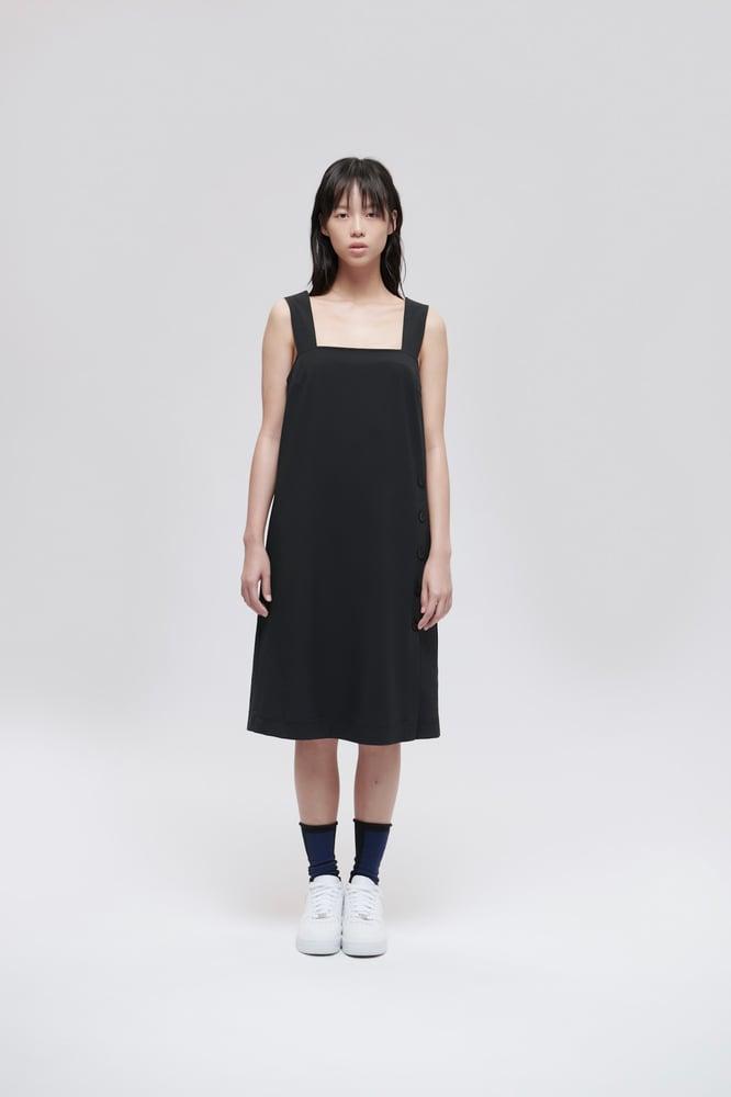 Image of TRAN - 寛肩帶鈕扣洋裝 (黑)