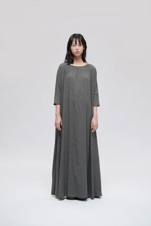 Image of TRAN - 細褶條紋長洋裝 (灰)