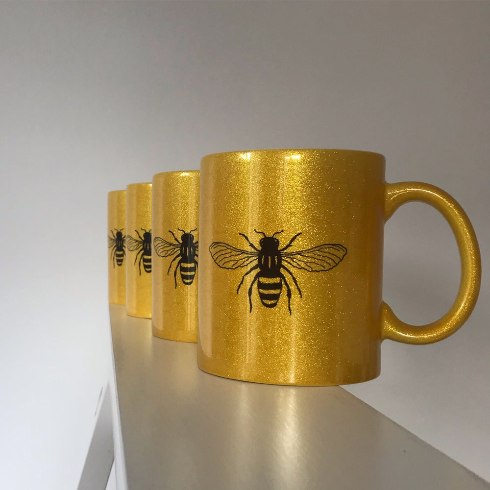 Image of GOLD SPARKLY MANCHESTER BEE MUG