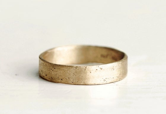 Image of Mens gold wedding band. 18k. Lou