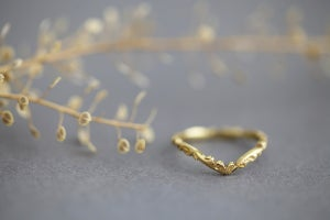 Image of 18ct gold 2mm Floral carved 'Wishbone' ring