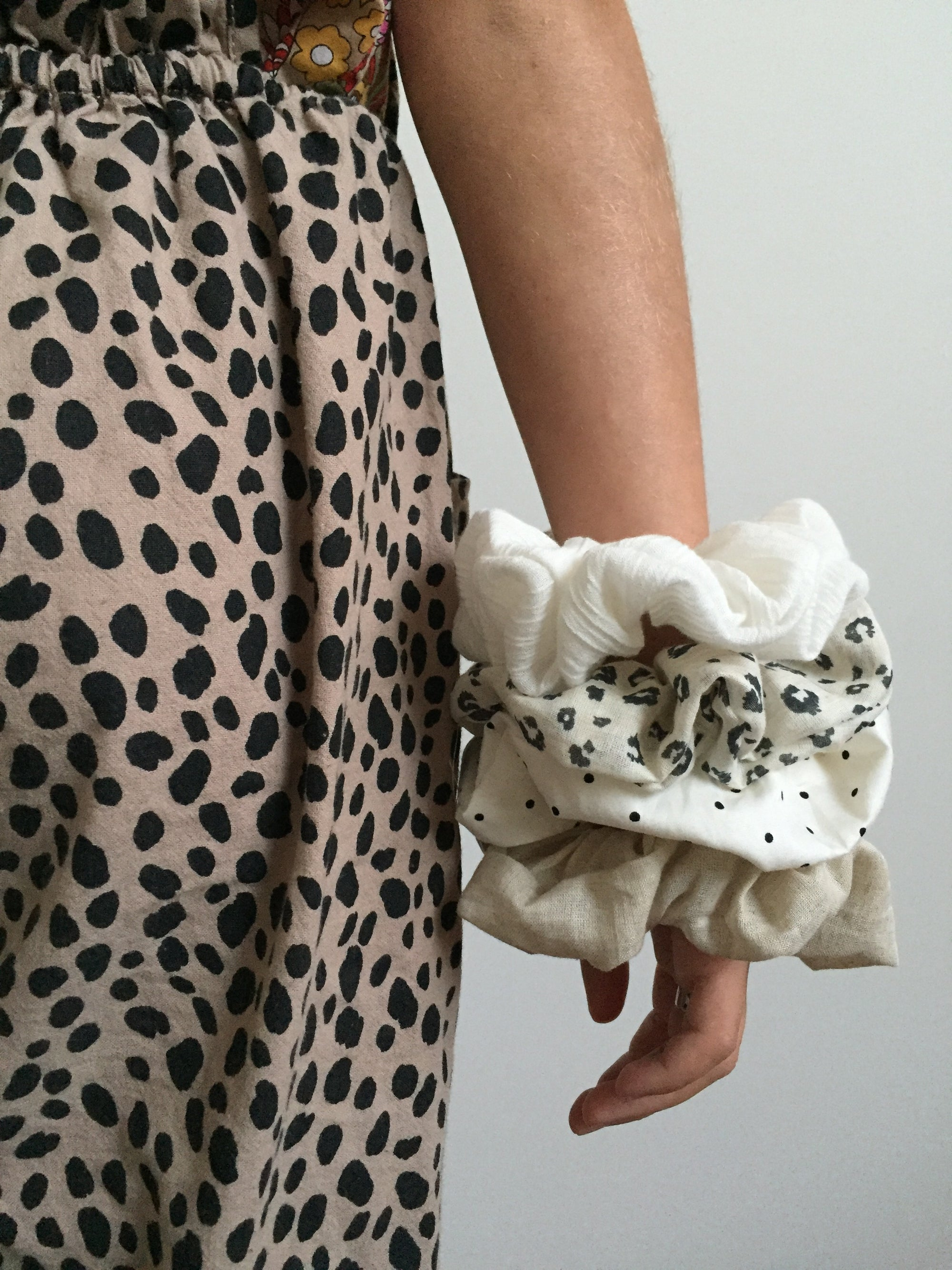Image of SUNDAY SCRUNCHIE - MEDIUM