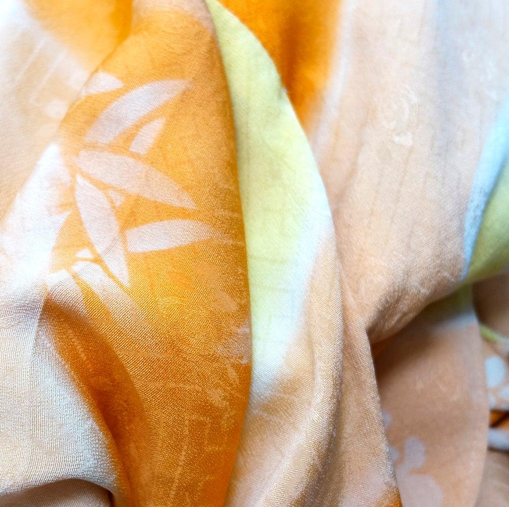 Image of Changerende silke kimono med hvide blomster tryk