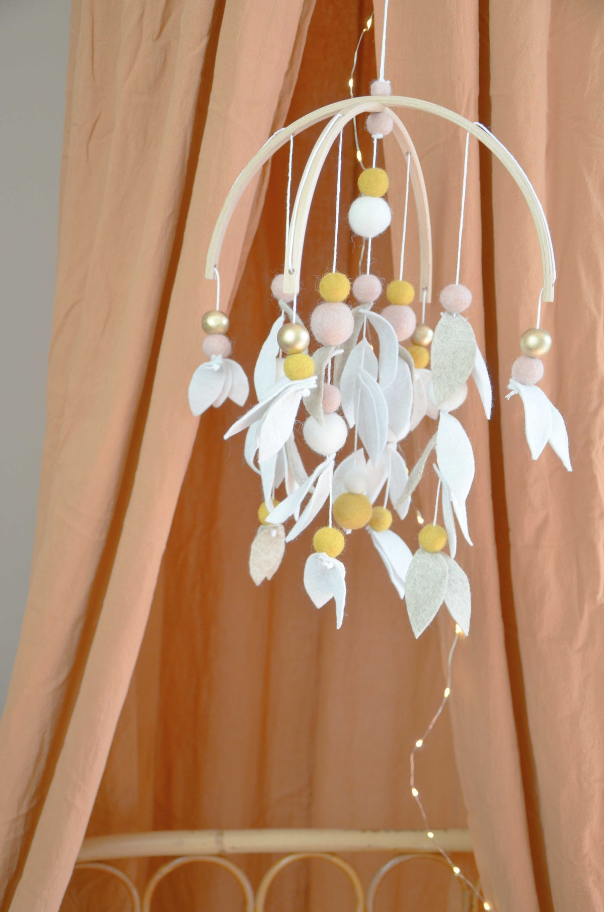 Image of Mobile feuillage beige clair, blanc