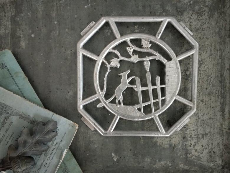 Image of Ancien dessous de plat Fable de la Fontaine en fonte d'aluminium