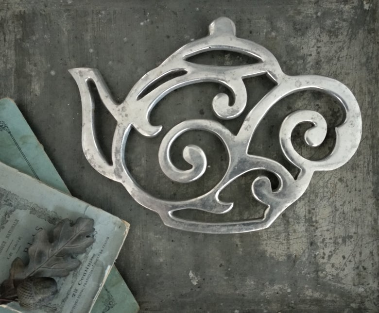 Image of Dessous de plat en aluminium. Théière Vintage