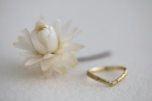 Image of 18ct gold 2mm Horn texture 'Wishbone' ring