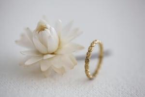 Image of 18ct gold 2.5mm laurel leaf