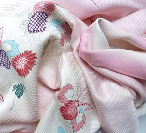 Image of Rosa silke kimono med sommerblomster i flow