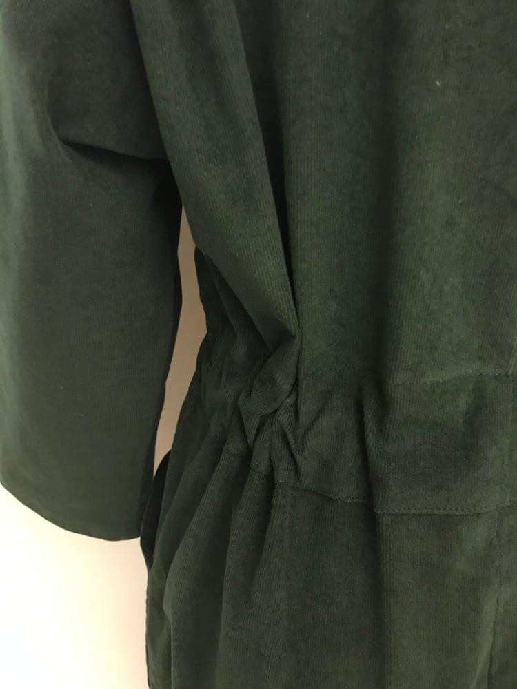 Image of Fløjlsbuksedragt i mørkegrøn