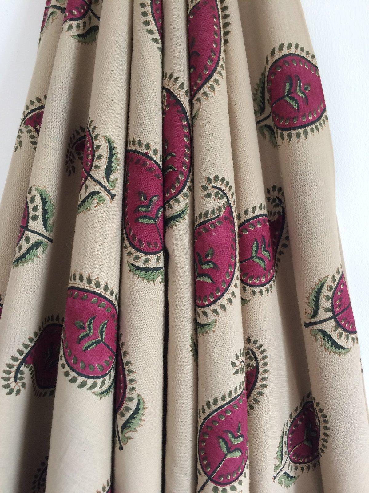 Image of Namasté Fabric fond beige, paisley roses pivoines