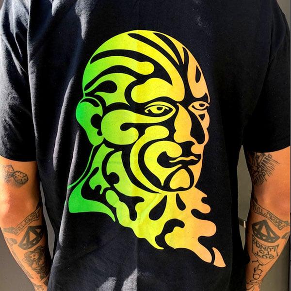 Image of Omi Tri color print T (black)