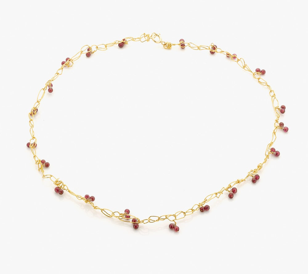 Image of 'Intertwined' necklace in 24 kt gold and garnets - ketting in goud en granaat