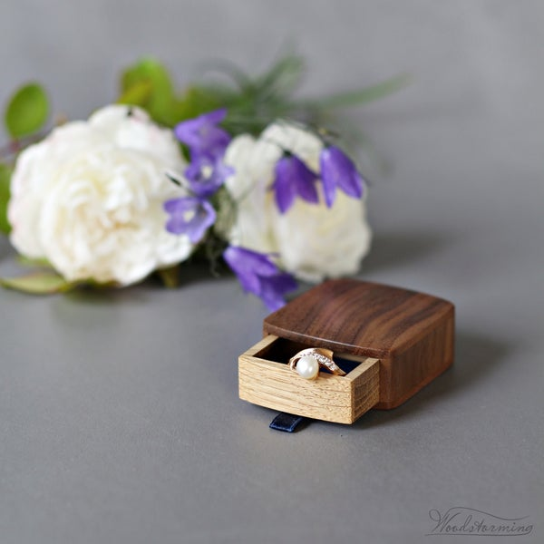 Image of Slim proposal box with royal blue lining