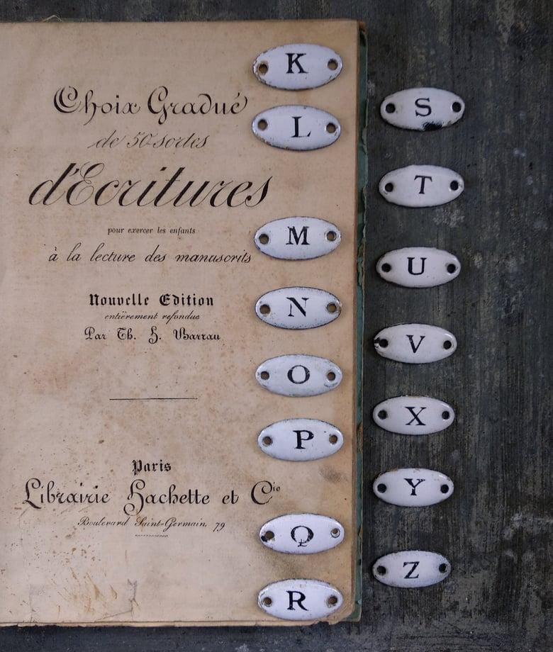 Image of Anciennes petites plaques émaillées. Lettres de l'alphabet
