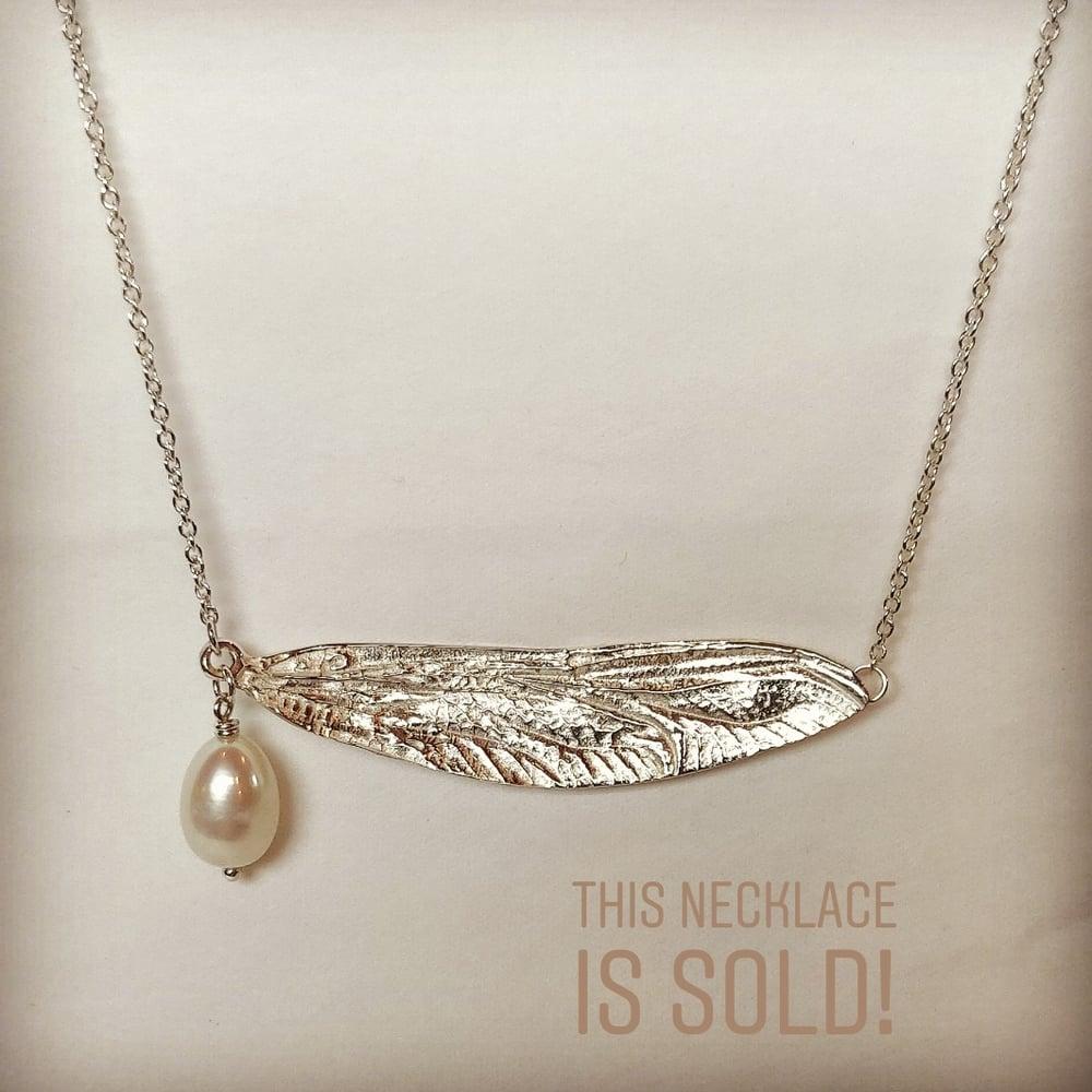 Beeld van Dragonfly wing necklace