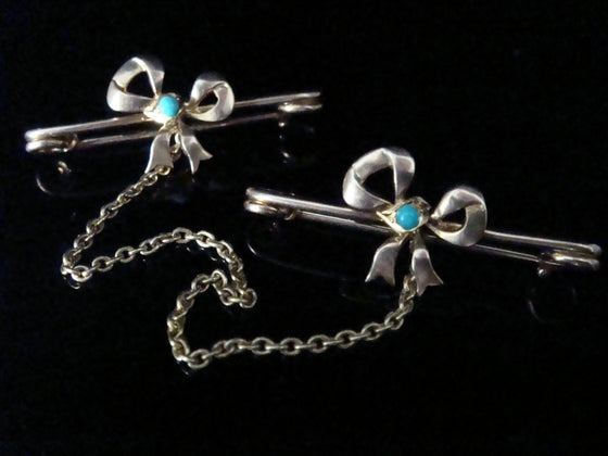 Image of Edwardian 9ct yellow gold turquoise bow cloak brooch